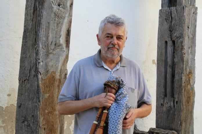 Simó Busquets va néixer el 1954 a Sabadell, i és un dels primers músics que va tocar el sac de gemecs després de la seva recuperació l'any 1983.